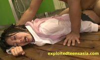 นักเรียนหญิงมอปลายโดนเพื่อนชายหลอกพาไปรุมโทรมในห้องน้ำ ผลัดกันเย็ดจนหีฉา แตกในอีกได้ผัวหลายคนเลย นักเรียนหญิงมอปลายโดนเพื่อนชายหลอกพาไปเซ็กส์หมู่ ลงแขก รุมโทรม ในห้องน้ำ ผลัดกันเย็ดจนหีสาวฉา แตกในอีกได้ผัวหลายคนเลย