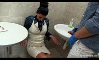 เจ้านายสาวโดนหนุ่มพนักงานทำความสะอาดจับเย็ดหีในห้องน้ำโชว์ลีลาเซ็กจัดทำเอาเจ้านายสาวติดใจเลย เจ้านายสาวโดนหนุ่มพนักงานทำความสะอาดจับเย็ดหีสาวในห้องน้ำโชว์ลีลาเซ็กจัดทำเอาเจ้านายสาวติดใจเลย